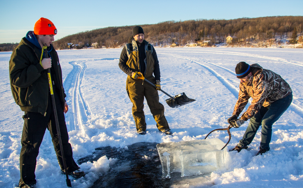 ice-fishing-pike-spearing